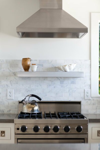 Kitchen, white, modern appliances, coastal Photo by Trina Roberts Cuisine de style moderne et contemporain