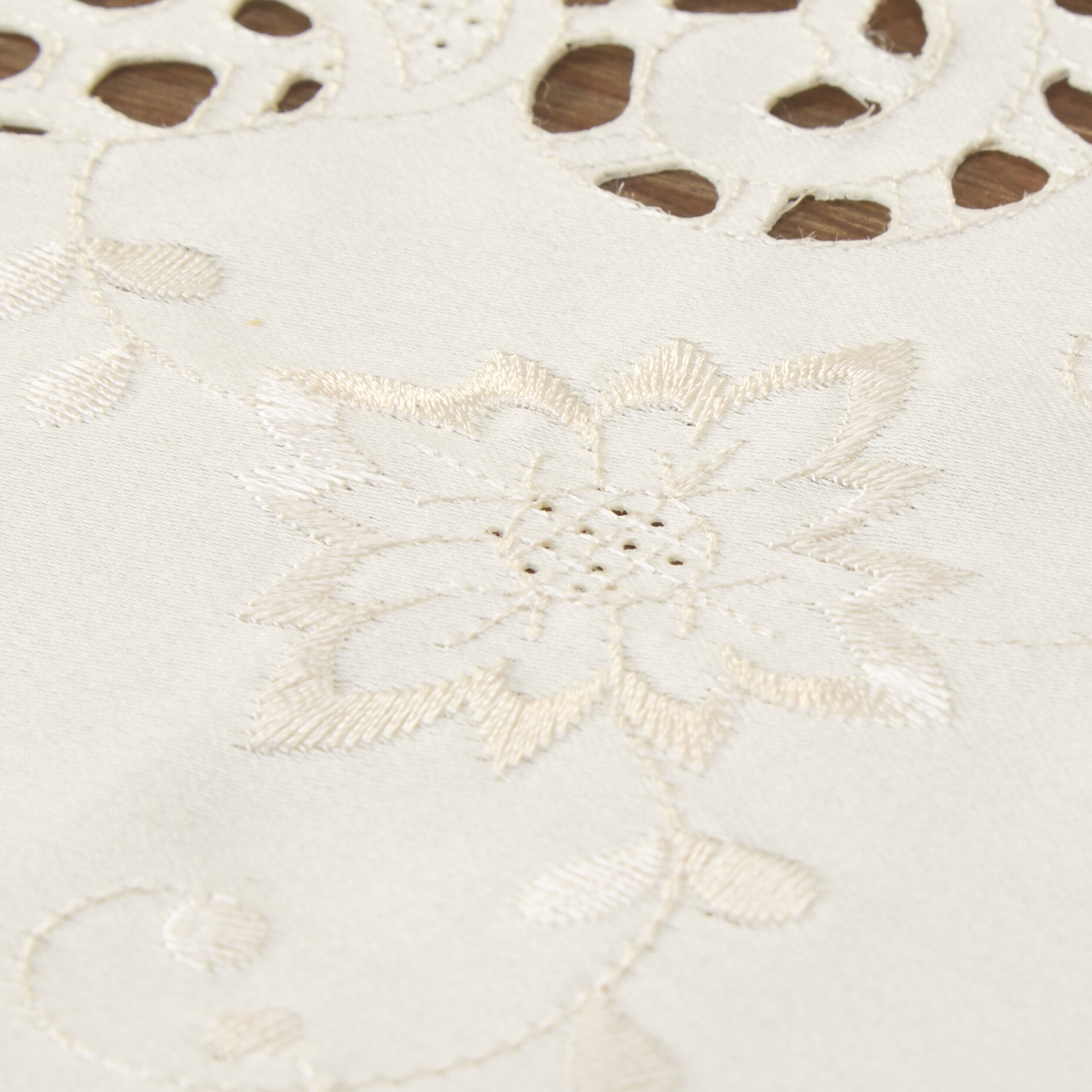 Saro embroidery cutwork vintage design tablecloth for Glass cut work designs