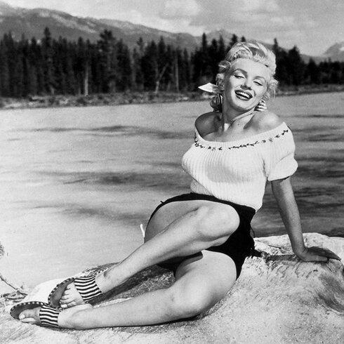 Buy Art For Less \'Marilyn Monroe at the Beach\' Framed Photograph Art ...